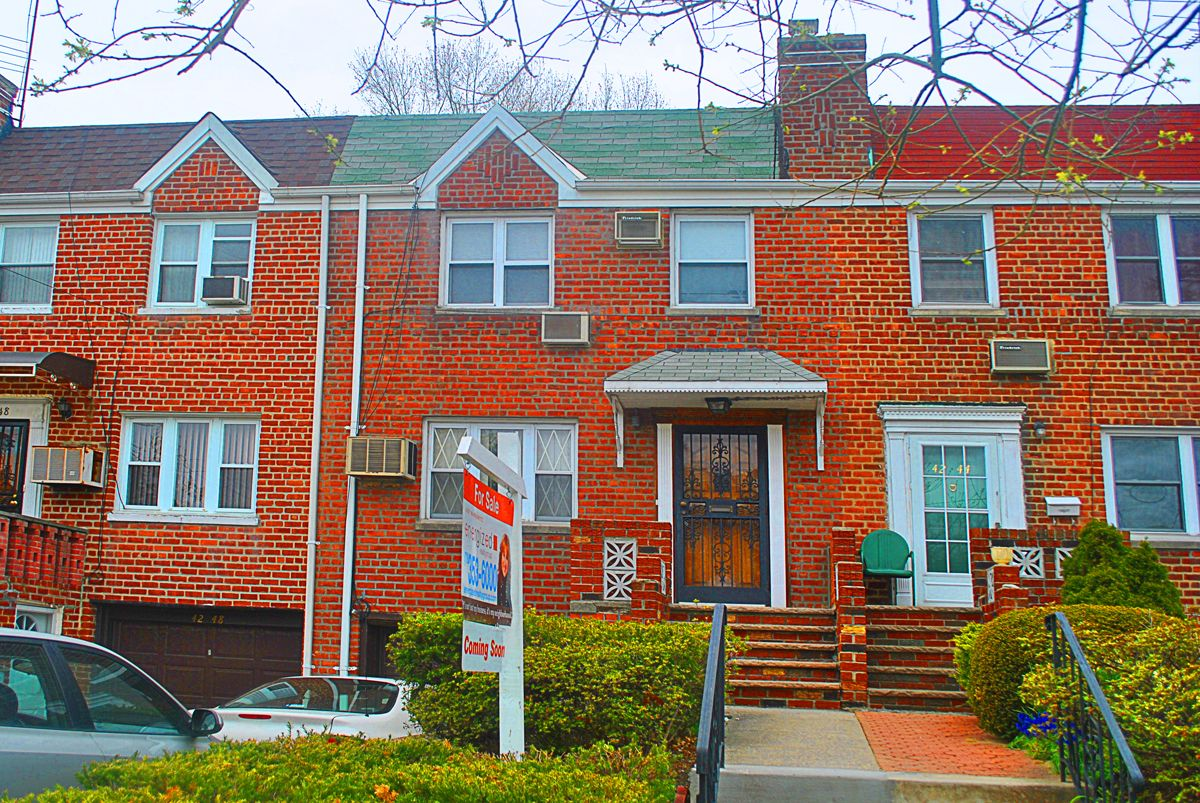Townhouse style brick colonial 42 46 196th st flushing ny for Colonial brick
